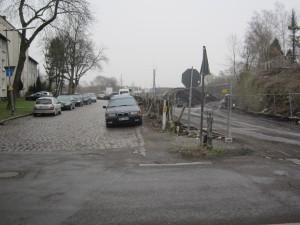 """Die beiden Baustellenzufahrten von der Holtbrügge ins Baugebiet. Links die Zufahrt, bei der die Anwohner """"nicht mehr vom Baustellenverkehr beeinflusst werden"""""""