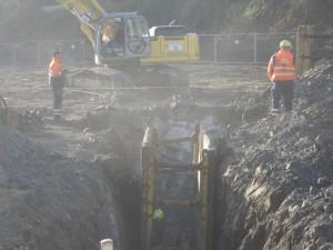 Die staubigen Kanalarbeiten durch das Felsengestein hindurch - unmittelbar vor den Häusern der Anwohner