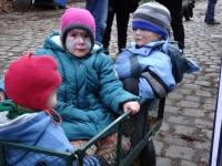 Kinder im Bollerwagen