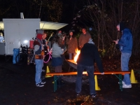 das Schubkarren-Lagerfeuer wurde eröffnet